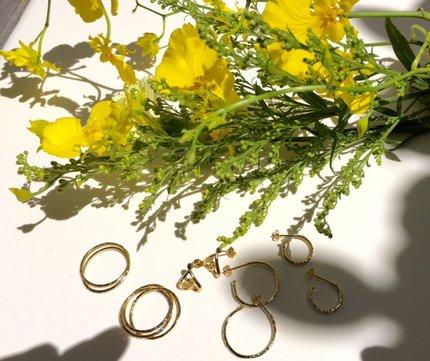 黄色いお花と地金リングディスプレイ.jpg